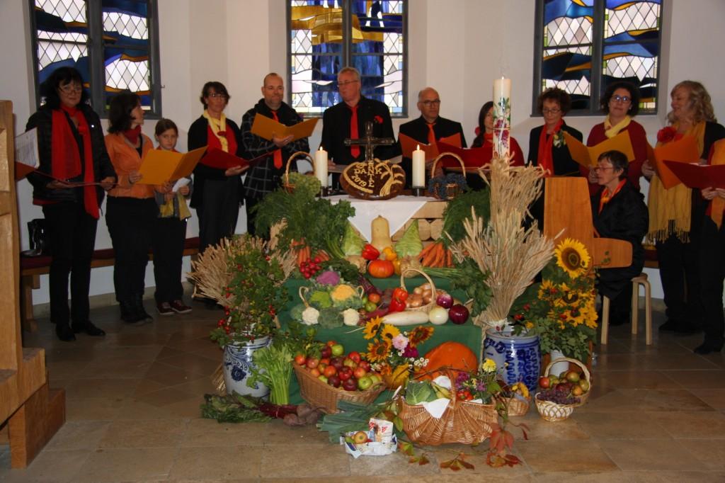 """Der wunderschöne Ernte-Altar und der wunderbare Chor """"Feuer und Flamme"""""""