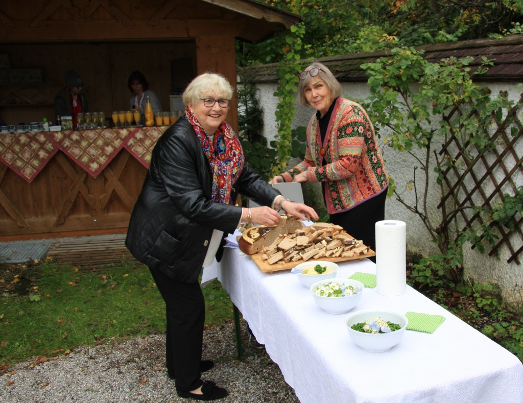 Die netten Damen vom Team bei der Vorbereitung des Picknicks vor der Kirche: Frau Rogall und Frau Anzenberger.