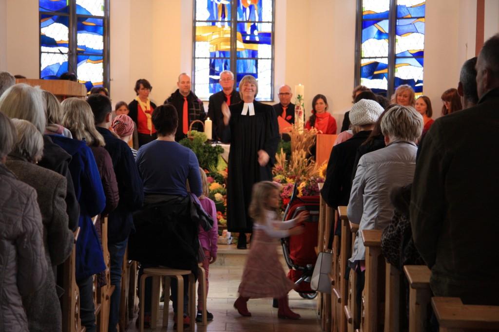 Die vollbesetzte Johanneskirche empfängt den Segen der Pfarrerin.